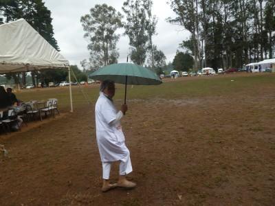 protegiéndose de la lluvia